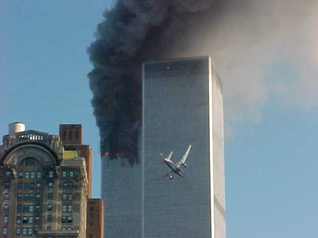 De impact van het 2e vliegtuig op 11 September 2001. Onder het vliegtuig hangt de veelbesproken 'bol'..