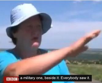 Een van de meest geloofwaardige ooggetuigen, geïnterviewd, vlak ná de ramp, op 18 juli 2014. Zij vertelt met haar vriendin, dat direct nádat de MH17 was geraakt, twee gevechtsvliegtuigen zich uit de voeten maakten..!