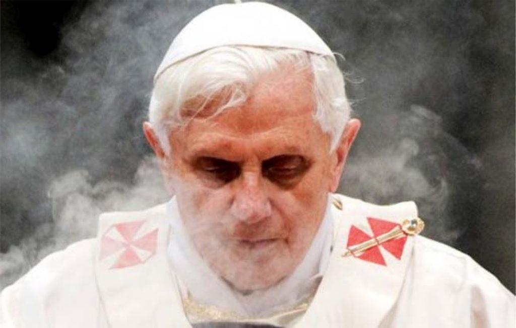 Josef Ratzinger, of de voormalige Paus Benedictus XVI.. Het rookgordijn over zijn daden als 'gewoon mens' lijkt op te trekken..