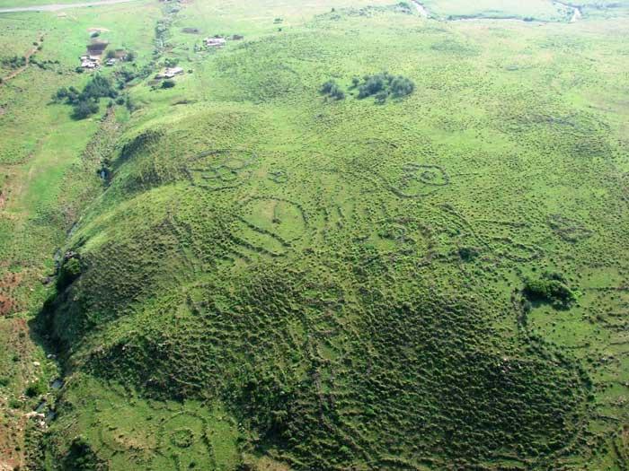Is de enorme vlakte met de bouwwerken op Adam's Calendar in Afrika, het bewijs van de gebouwde 'generatoren'..? (Klik voor artikel van Michael Tellinger)