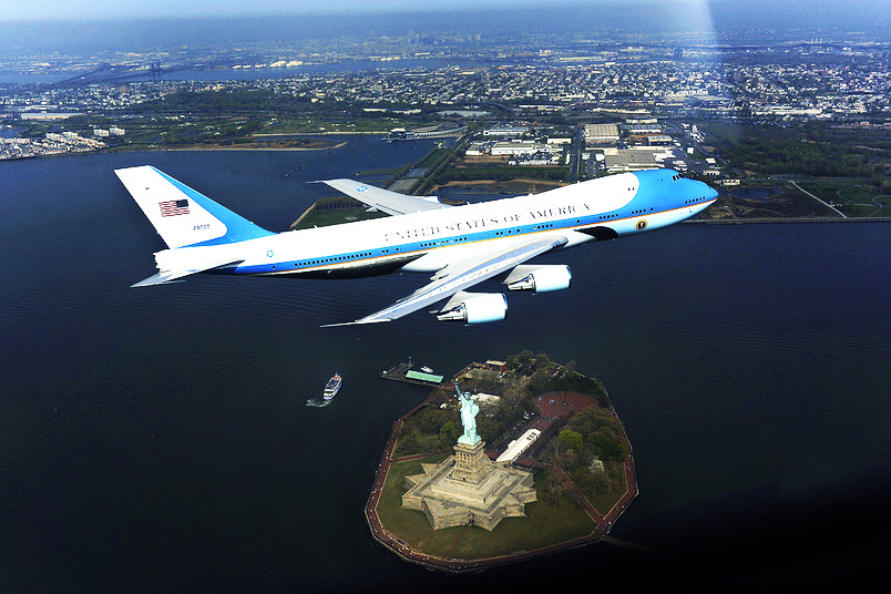 Het presidentiële vliegtuig, de 'Airforce One', vliegt over New York.