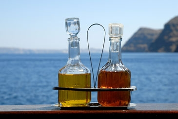 Iedereen kent de olie- en azijnstelletjes die je vooral rond de Middellandse zeegebieden, in de restaurants op tafel ziet staan.