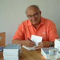 Fereydoon Batmanghelidj, M.D. tijdens een signeersessie voor zijn boeken.