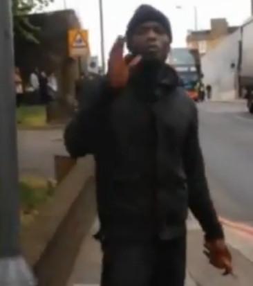 Bijzonder plaatje uit de omstreden video. Is het bloed van zijn handen weg-gefotoshopped, of is het omgekeerd.. Jij mag het zeggen..!