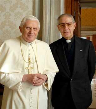 2012: Twee oud-pausen poseerden.. De generaal-overste van de jezuïeten, Adolfo Nicolás, met de vorige paus. Of de witte en zwarte paus..