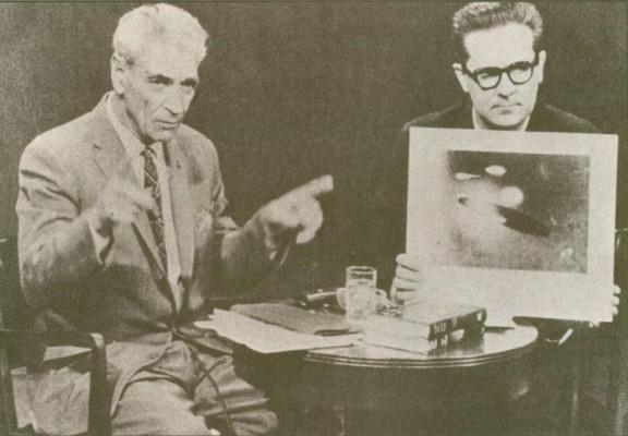 George Adamski in de begintijd van zijn ontdekkingen. Hij kreeg al snel minder aandacht toen een anti-Adamski-campagne tegen hem werd gelanceerd. Inmiddels is er bijna niemand meer die met een open blik naar zijn ontdekkingen kan kijken..!