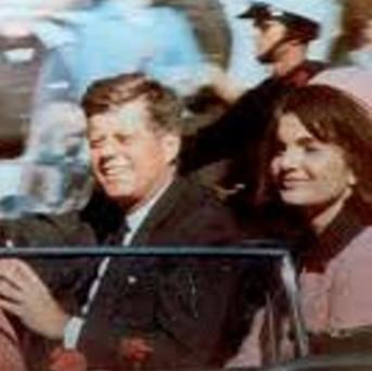 Enkele minuten voor zijn dood, op 22 - 11- 1963. Met zijn vrouw Jacqueline, rijdt JFK door de straten van Dallas.