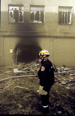 Een van de brandweerlieden staat bij het laatste gat.. Bizar toch?