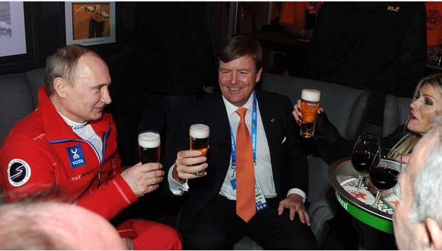 Kennelijk één van de foto's die het teken waren voor de 'krachten achter de schermen' in de VS, om in te grijpen en Europa van een charme-offensief naar en van Poeting, de draai te laten maken naar een haat-propaganda-offensief TEGEN Poetin..