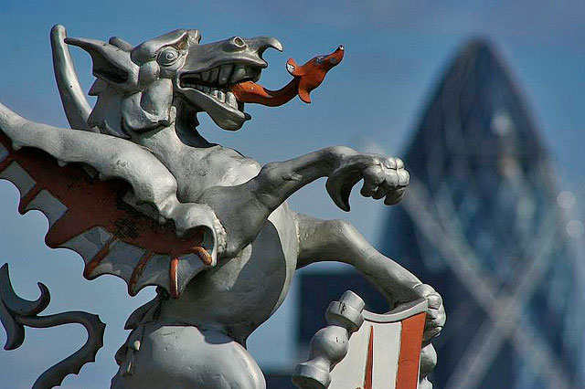 De 'City of London' is het hart van de financiële wereld en de symboliek van de onderdrukkers ligt er duimendik bovenop. Recht onder, of in dit geval, bóven, ieders neus..