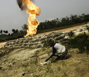 Al 60 jaar fakkelt SHELL in Nigeria onbruikbare aardolie-resten af. Ten koste van mens en milieu..
