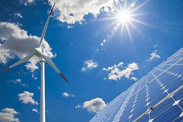 Ook aan zonne-energie en energie uit windkracht zitten nadelen verbonden. De zon gaat niet altijd op en de wind waait weleens NIET uit 'een andere hoek'..
