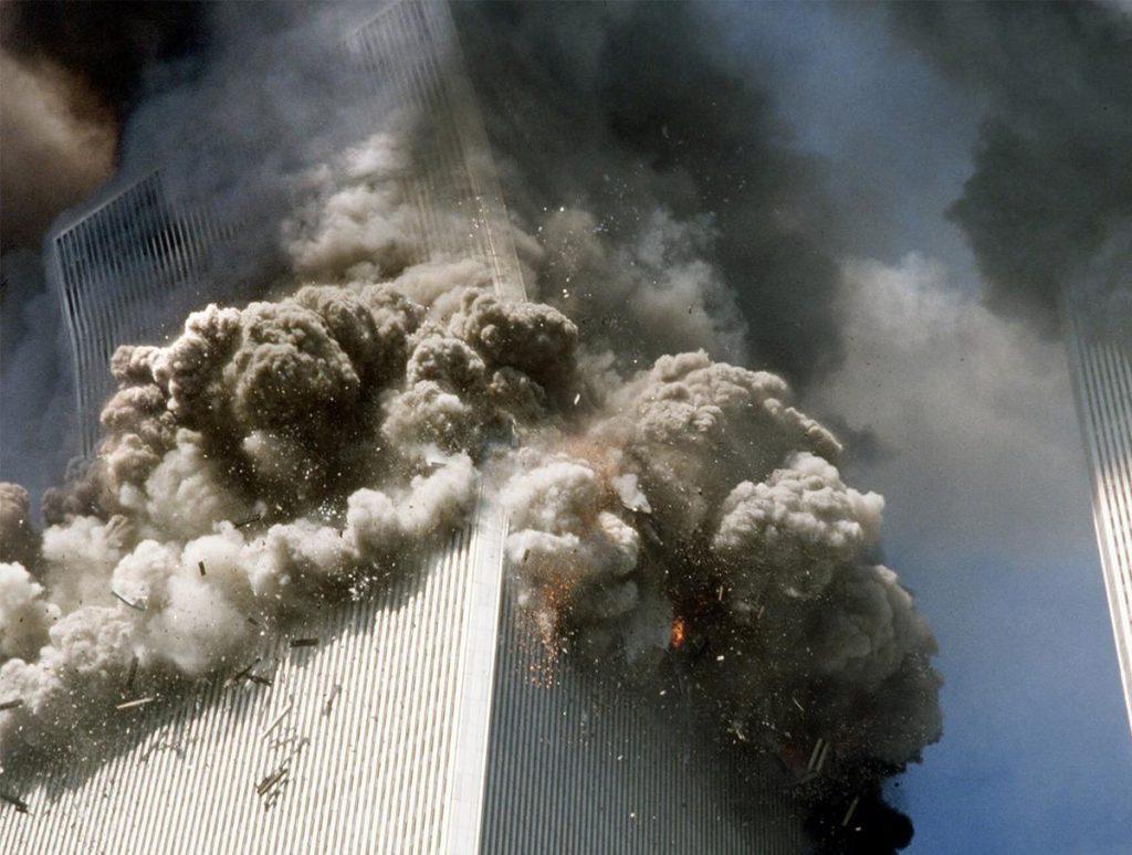 Een van de grootste bewijzen van het failliet van de officiële verklaring van de ineenstorting van de WTC-torens. De bovenzijde van het gebouw hangt schuin en zou moeten doorvallen, daarbij de onderste deel van het gebouw intact latend. Deze kanteling werd 'ongedaan' gemaakt en zou de onderliggende etages en stalen structuur hebben doen instorten..???