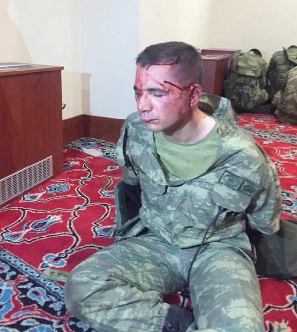 Werden deze jonge militairen geofferd, als 'kwade schurken', die de macht naar zich toe wilden trekken. Onschuldige jonge mannen, die naar hun zeggen, bezig waren met een oefening..!!?