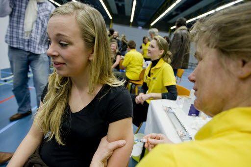 Jonge meiden in de rij voor een vaccinatie-experiment.. Gedreven door angst-als-slechte-raadgever..?