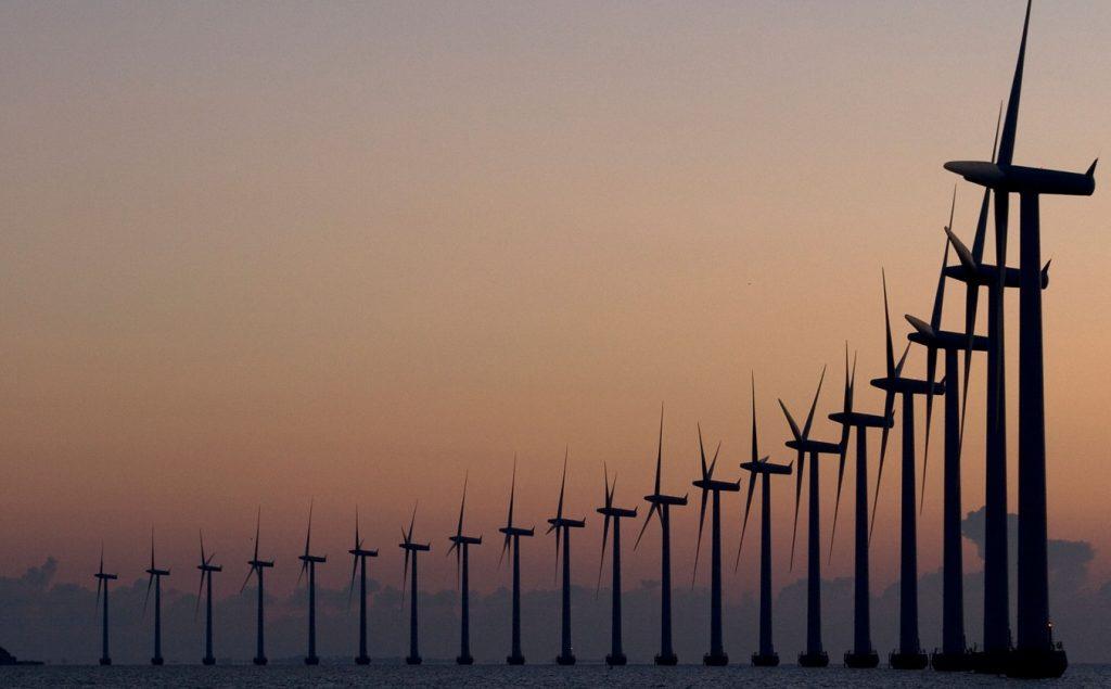 Een van de vele windparken voor de kust in Denemarken.